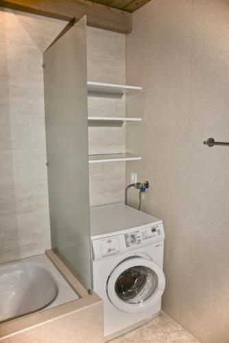 Badezimmer (Waschmaschine-Tumbler Kombination)