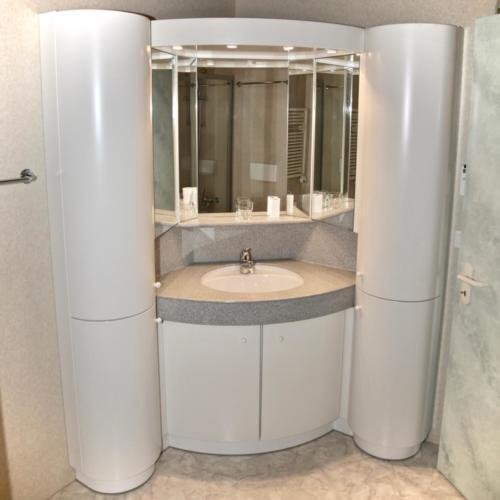 Badezimmer (Lavabo mit Spiegelschrank)