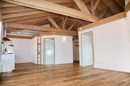 Offener Wohnraum mit Eingang und Garderobe (inkl. Dachstock)