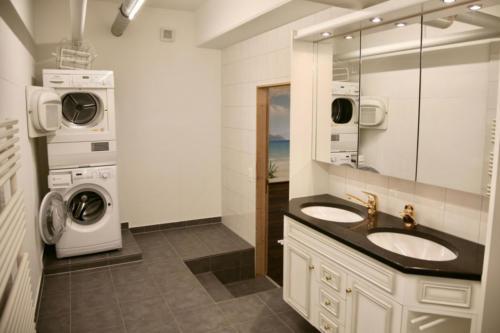 Badezimmer (Lavabo, Waschmaschine und Tumbler)