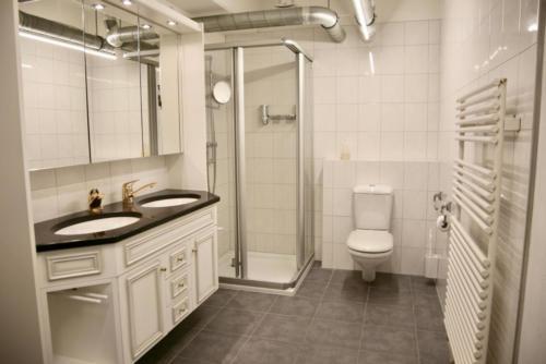 Badezimmer (Lavabo, Dusche und WC)